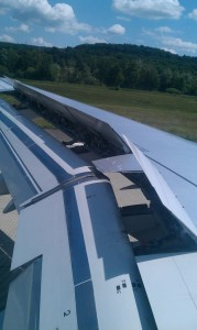 Gezeigt wird wie die Boing 747 bei der Landung bremst.