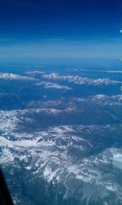 Gezeigt sind die Alpen fotografiert aus einem Flugzeug von Swissair. Wenn man genau hinsieht kann man noch Schnee auf den Bergen erkennen. Und das obwohl das Bild der Alpen im Juni aufgenommen wurde.