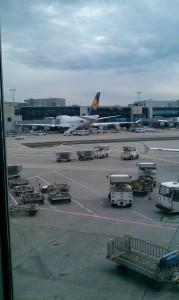 Diese Boing der Lufthansa wurde am Flughafen Frankfurt fotografiert. Sie steht gerade am Gate.