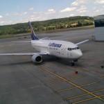 Gezeigt wird eine Lufthansa Maschiene auf dem Rollfeld am Flughafen Zürich